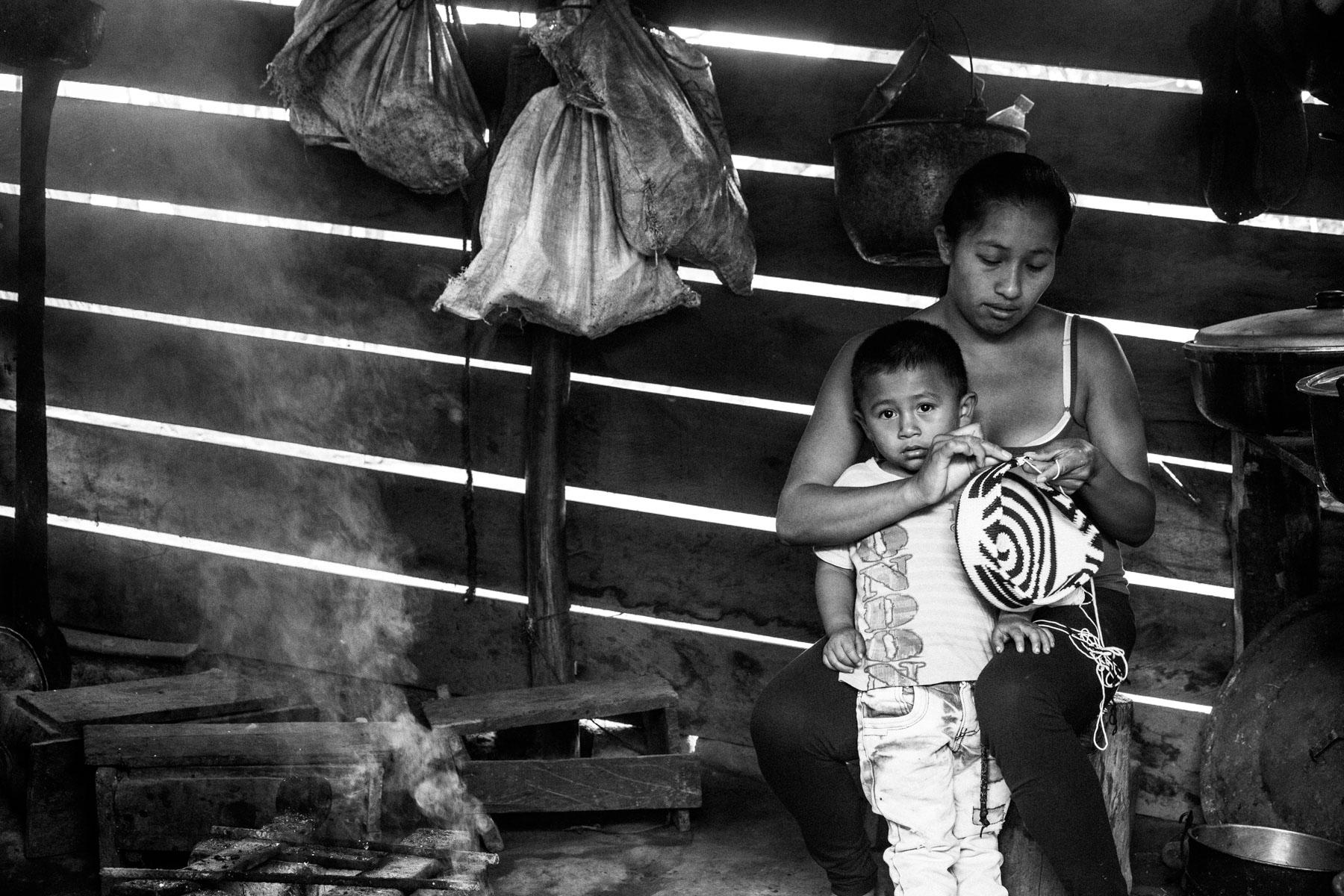 Maria Elena Uscue Ul (21 años) con su hijo David Pavi Nuscue (3 años), La Primicia, Resguardo San Francisco. Cauca, Colombia, Agosto 19, 2018.