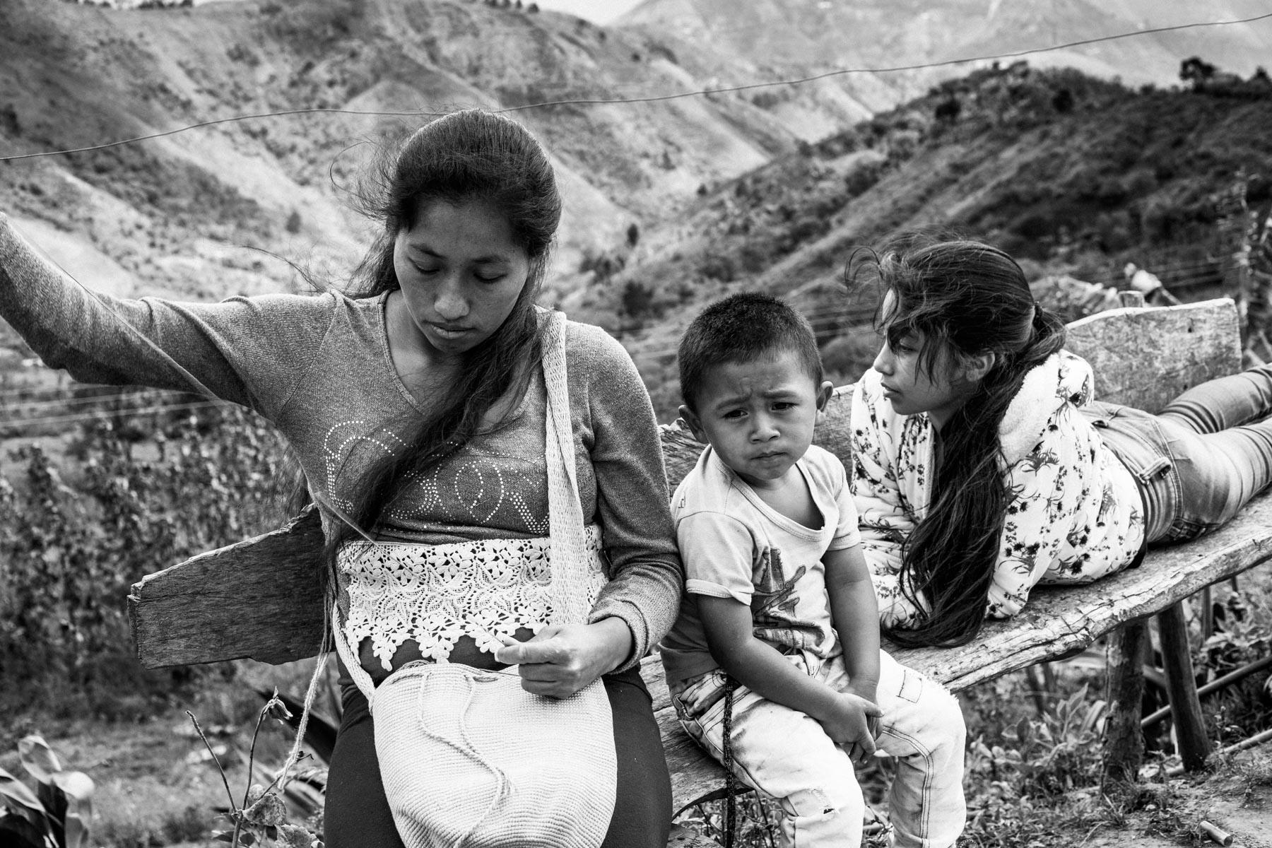 Finca de Luz Mery Pavi Tenorio (39 años).  Maria Elena Uscue Ul (21 años) con su hijo David Pavi Uscue (3 años), La Primicia, Resguardo San Francisco. Cauca, Colombia, Agosto 19, 2018.