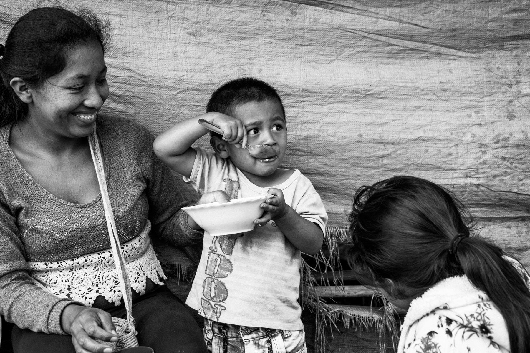 Maria Elena Uscue Ul (21 años) con su hijo David Pavi Uscue (3 años), La Primicia, Resguardo San Francisco. Cauca, Colombia, Agosto 19, 2018.