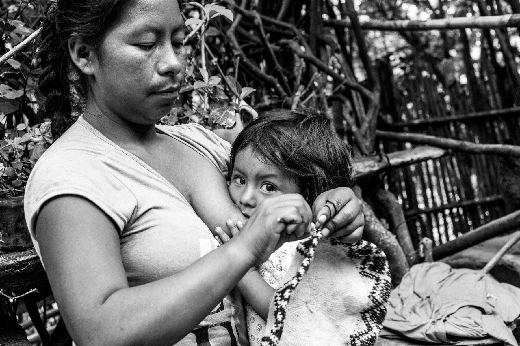 Omaira Bitonás Dagua  (36 años) con su hijo Faduar Emir Yatacue Bitonco (18 meses), El Tablazo, Toribío, Cauca, Colombia. Septiembre 6, 2018.