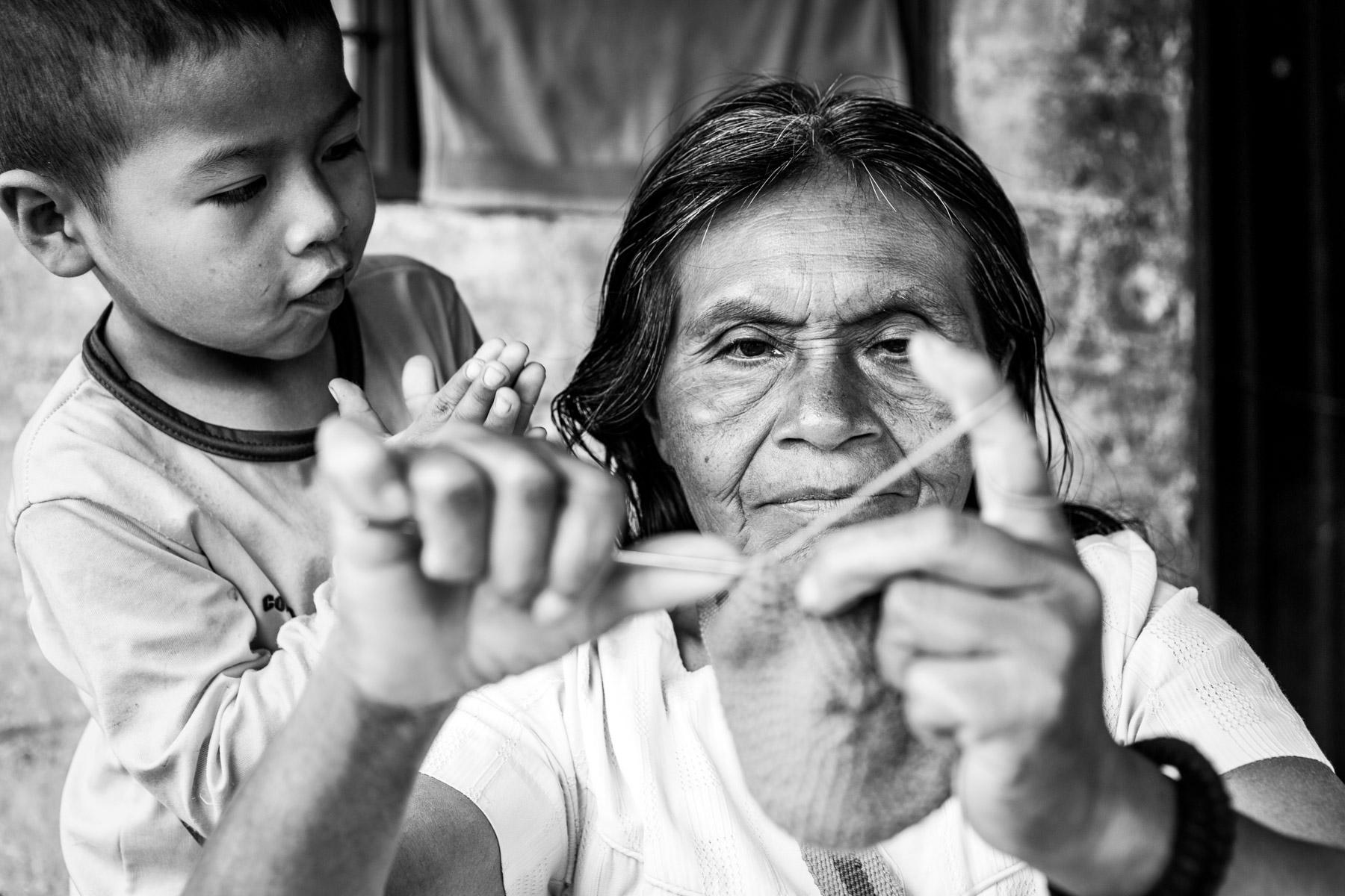 Emilia Julicue Secue (58 años) con el bisnieto Arnold (5 años), La Estrella, Toribío, Cauca, Colombia. Septiembre 7, 2018.
