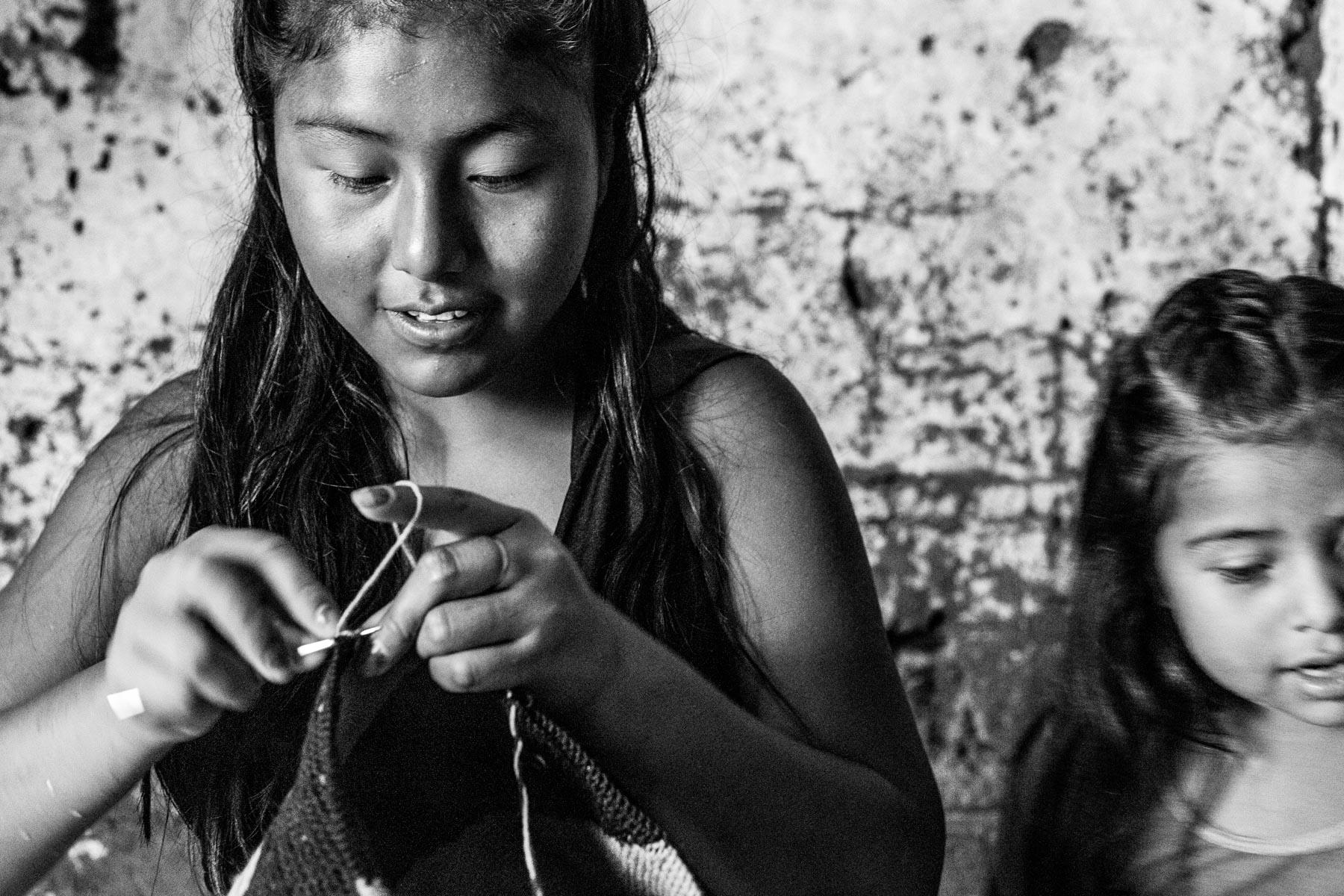 Ilda Lucia Pequi Ascue (15 años) y su sobrina Charil Liliana Yatacue Ascue (5 años), La Bodega, Toribío, Cauca, Colombia. Septiembre 8, 2018.